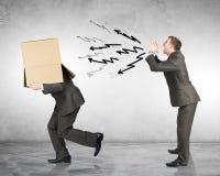 呼喊对有箱子的雇员的企业上司 免版税库存图片