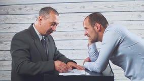 呼喊恼怒的卑鄙白种人的上司责骂坏工作或企业倒闭的沮丧的无能雇员 错误 影视素材