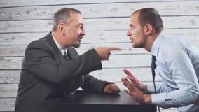 呼喊恼怒的卑鄙白种人的上司责骂坏工作或企业倒闭的沮丧的无能雇员 影视素材