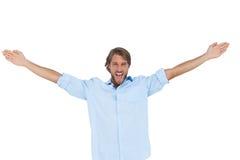 呼喊用他的手的英俊的人被举 免版税库存图片