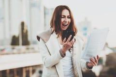 呼喊的女孩,当谈话在手机时 免版税图库摄影