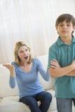 呼喊的母亲,当在家时忽略她的儿子 库存图片
