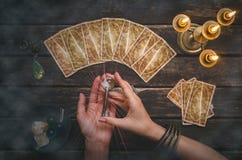 命运和占卜用的纸牌钥匙  免版税库存照片