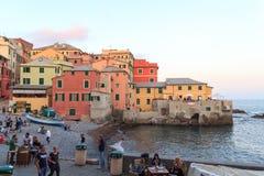 咆哮与餐馆和酒吧和地中海在Boccadasse,热那亚 库存照片