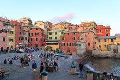咆哮与餐馆和酒吧和地中海在Boccadasse,热那亚 图库摄影