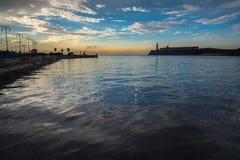 咆哮与El Morro城堡在哈瓦那,古巴 免版税库存图片