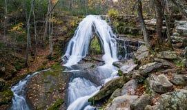 咆哮位于老鹰岩石的跑的瀑布秋天视图在博特托尔特县,弗吉尼亚- 3 库存图片