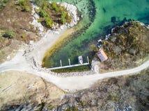 咆哮在一个小海岛,鸟瞰图上 免版税库存图片