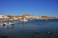 咆哮在有有些小船的希腊海岛米科诺斯岛上 免版税图库摄影
