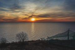 咆哮在海的五颜六色的太阳 免版税库存照片