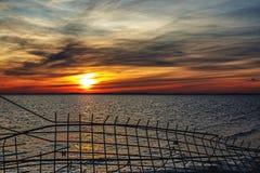 咆哮在海的五颜六色的太阳 库存图片