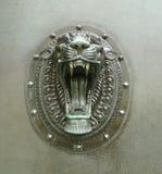 咆哮狮子顶头门把手 免版税库存图片