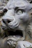 咆哮白色狮子雕象 库存照片
