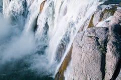 咆哮肖松尼人瀑布在特温福尔斯 免版税库存图片