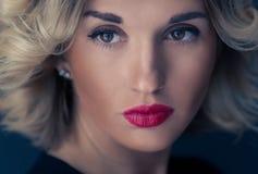 年轻和俏丽的妇女情感画象  美丽的纵向妇女 免版税库存照片