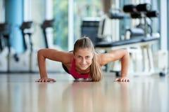 给和做有些的俯卧撑加热健身房 库存照片