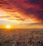 巴黎和反对五颜六色的日落的艾菲尔铁塔在法国 库存照片