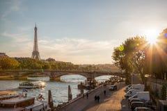 巴黎和反对五颜六色的日落的艾菲尔铁塔在法国 库存图片