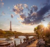 巴黎和反对五颜六色的日落的艾菲尔铁塔在法国 图库摄影