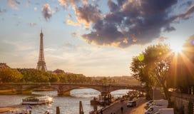 巴黎和反对五颜六色的日落的艾菲尔铁塔在法国 免版税图库摄影
