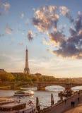 巴黎和反对五颜六色的日落的艾菲尔铁塔在法国 免版税库存照片