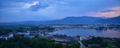 和在巴亚尔塔港墨西哥山、城市和热带密林附近全景风景视图  库存照片