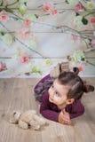 1和室内一个半岁女婴 免版税库存图片