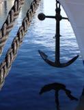 绳索和小船船锚 免版税库存照片
