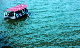 水和小船 免版税库存图片