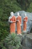 和尚三个图有奉献物的对菩萨 斯里南卡 库存照片