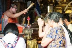 和尚保佑泰国人在寺庙 免版税库存照片