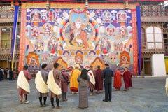 和尚和不丹人通萨的Dzong,通萨,不丹 免版税库存照片