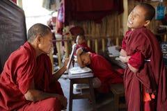和尚和新手,缅甸 库存图片