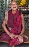 和尚在朝圣去Botataung塔在仰光,缅甸 免版税图库摄影