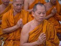 和尚在Shwedagon塔祈祷在仰光,缅甸 库存图片