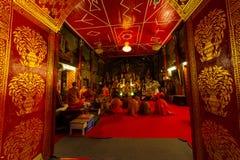 和尚在Wat Phrathat土井素贴寺庙祈祷 免版税图库摄影
