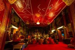 和尚在Wat Phrathat土井素贴寺庙祈祷 图库摄影