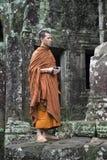 和尚站立在吴哥柬埔寨古庙  免版税库存图片