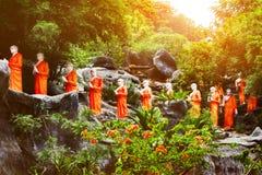 和尚许多雕象在Dambulla庭院使寺庙陷下外面 斯里南卡 库存图片