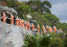 和尚队伍  在金黄寺庙的雕塑 图库摄影