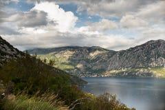 水和山 免版税库存图片