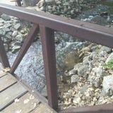 水和岩石在桥梁下 免版税库存图片
