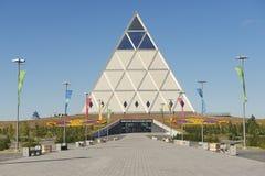 和平和和解大厦宫殿的外部在阿斯塔纳,哈萨克斯坦 库存照片