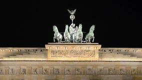 和平和团结的勃兰登堡门在柏林,标志和著名地标在德国 新古典主义的纪念碑在晚上 ??o 股票视频