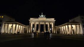 和平和团结的勃兰登堡门在柏林,标志和著名地标在德国 新古典主义的纪念碑在晚上 ??o 股票录像