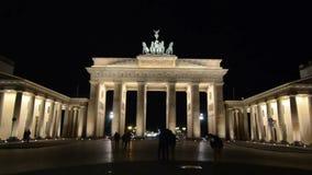 和平和团结的勃兰登堡门在柏林,标志和著名地标在德国 新古典主义的纪念碑在晚上 ??o 影视素材