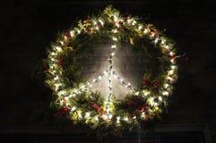 和平圣诞节花圈在乔治城在晚上 免版税库存图片