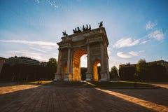 和平女孩旅游看的atArch在Sempione公园,米兰,伦巴第,意大利 亦称Arco della步幅波尔塔Sempione在米兰,意大利 免版税库存图片