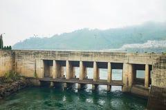 和平市,越南- 2016年1月14日:出口放电门在和平市水电厂中 工厂被修造了从1979年到1994年 免版税库存照片