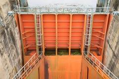 和平市,越南- 2016年1月14日:和平市水电厂溢洪道门  工厂被修造了从1979年到1994年与8 m 库存图片